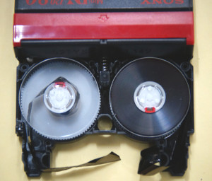 ミニDVテープ切断修理前
